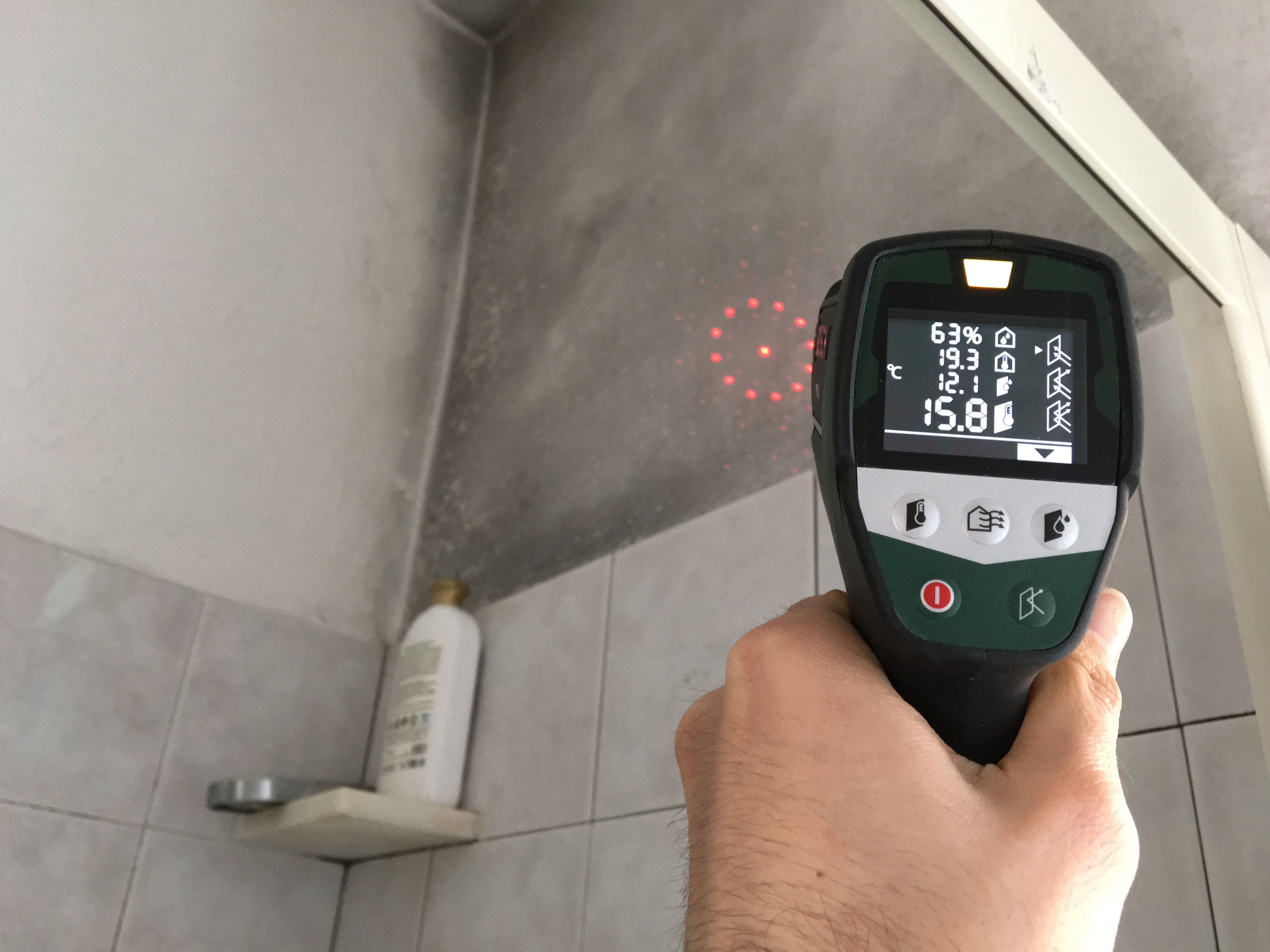 Muffa in bagno sopra il box doccia : come fare per risolvere e non respirare più vapori pieni di spore di muffa!